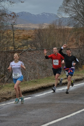 Synchronised Running and Waving at about mile 18